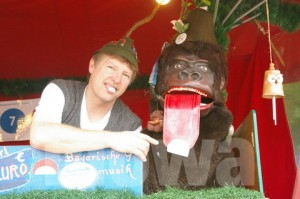 Gorilla mit der überdimensionalen Zunge